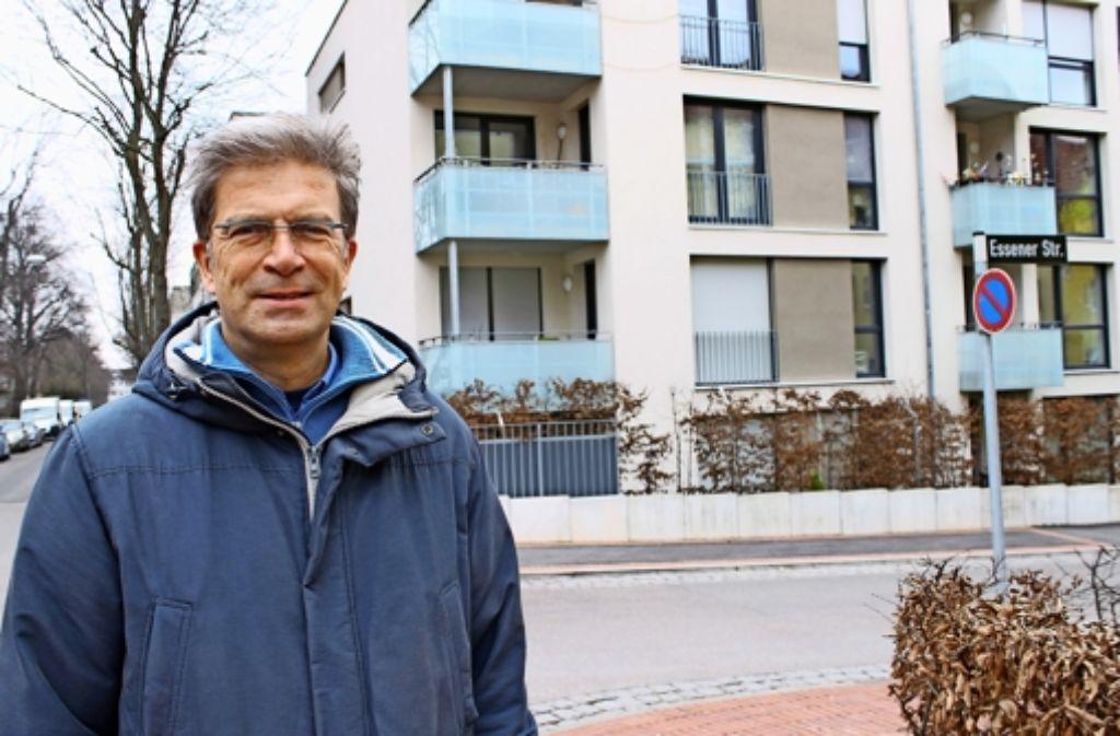 Horst Breit vor dem Gebäudekomplex Düsseldorfer-Straße  44-64. Dort werden besonders viele Fehler in der Betriebskostenabrechnung beanstandet. Foto: Maira Schmidt