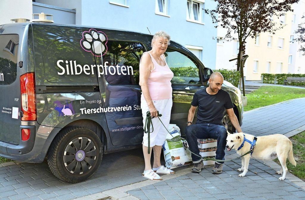 Silberpfoten-Projektleiter Marcel Yousef bringt Futter zu Flora und ihrem Frauchen. Foto: Silberpfoten