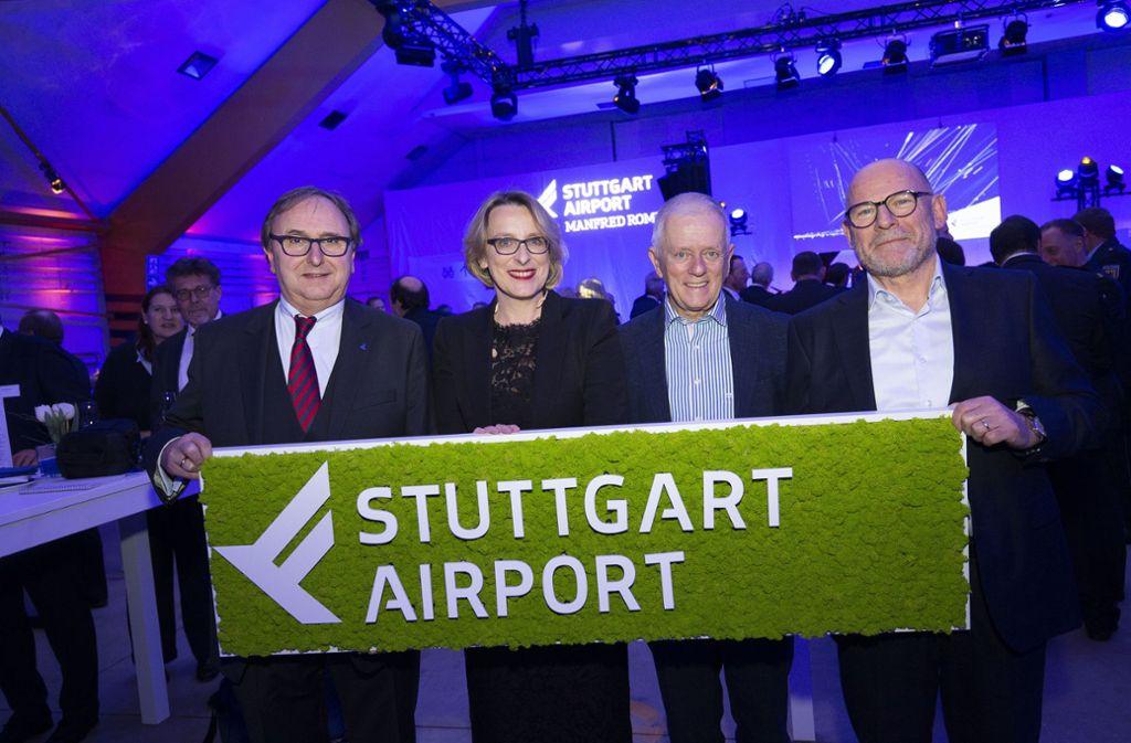 Der Flughafen ist ein Aushängeschild für Land und Stadt, finden die Flughafenchefs   Walter Schoefer und   Arina Freitag sowie OB   Kuhn und Minister Hermann (von links). Foto: Lichtgut/Leif Piechowski