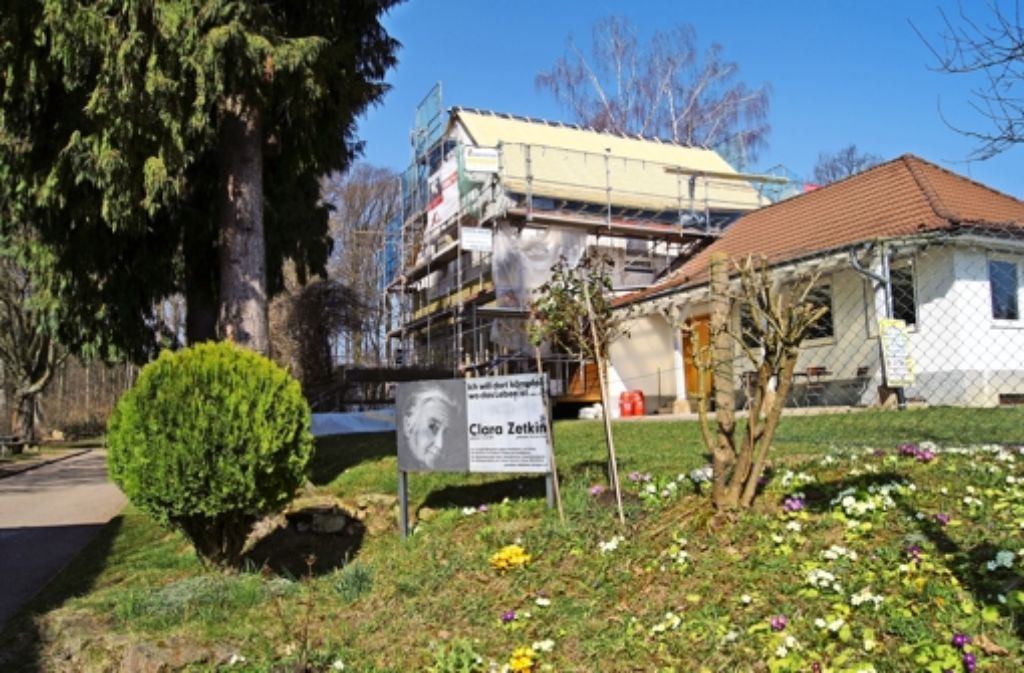 Das Dach des Waldheims ist bereits saniert worden (das Foto stammt aus dem Frühjahr 2014). Nun folgt das Innere des Clara-Zetkin-Hauses. Foto: Archiv Bürkle