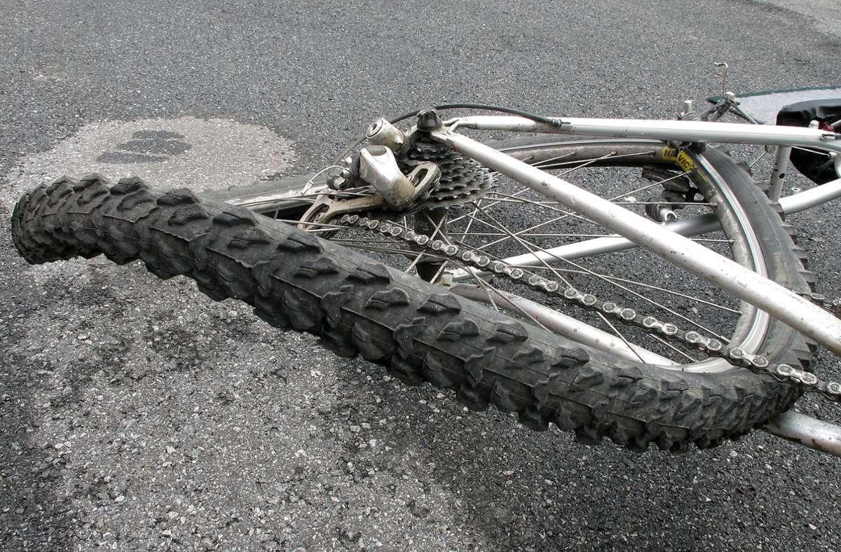 Durch die Kollision mit dem Anhänger stürzte der Radfahrer und wurde dabei schwer verletzt. (Symbolfoto) Foto: Konstanze Gruber - stock.adobe.com/Nicolas Armer
