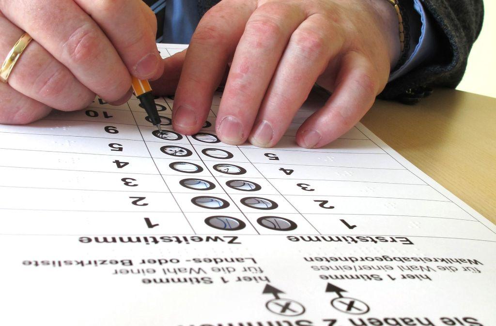 Bei der Bundestagswahl haben die Wähler zwei Stimmen: mit der Erststimme wählen sie einen Kandidaten aus ihrem Wahlkreis, mit der Zweitstimme eine Partei. Foto: dpa