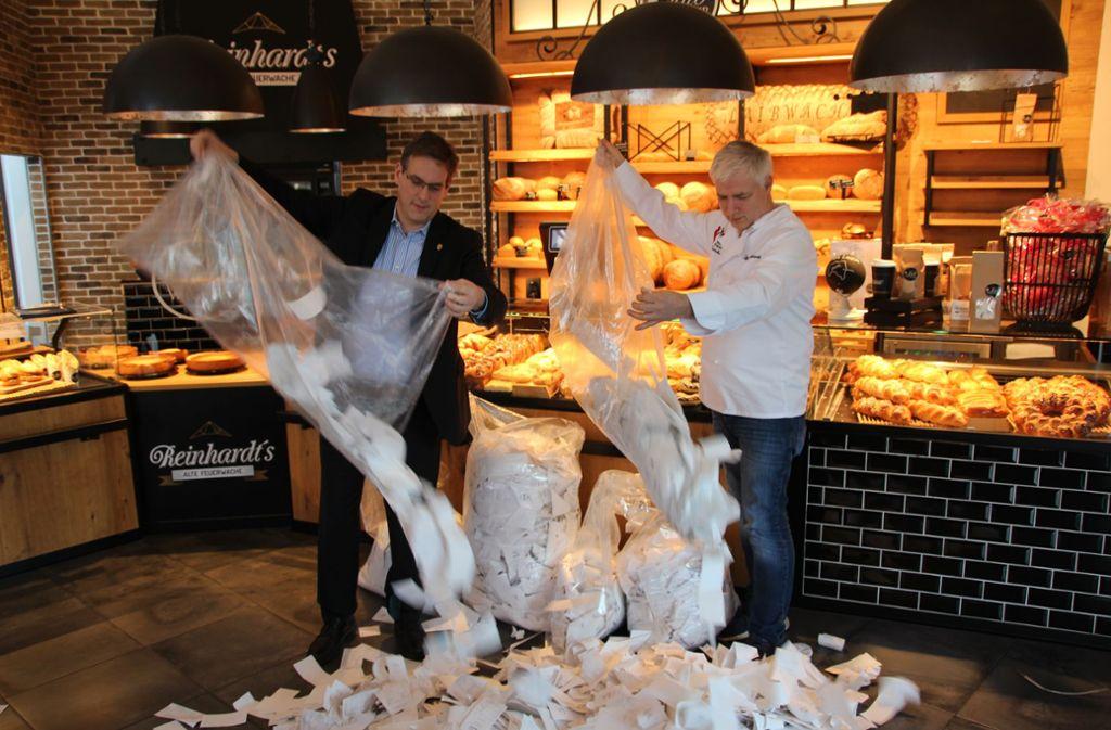 Mehr als 20.000 Bons in knapp drei Wochen: Der FDP-Abgeordnete Erik Schweickert und der Bäcker Martin Reinhardt in Reinhardts Bäckerei in Knittlingen bei Pforzheim. Foto: privat