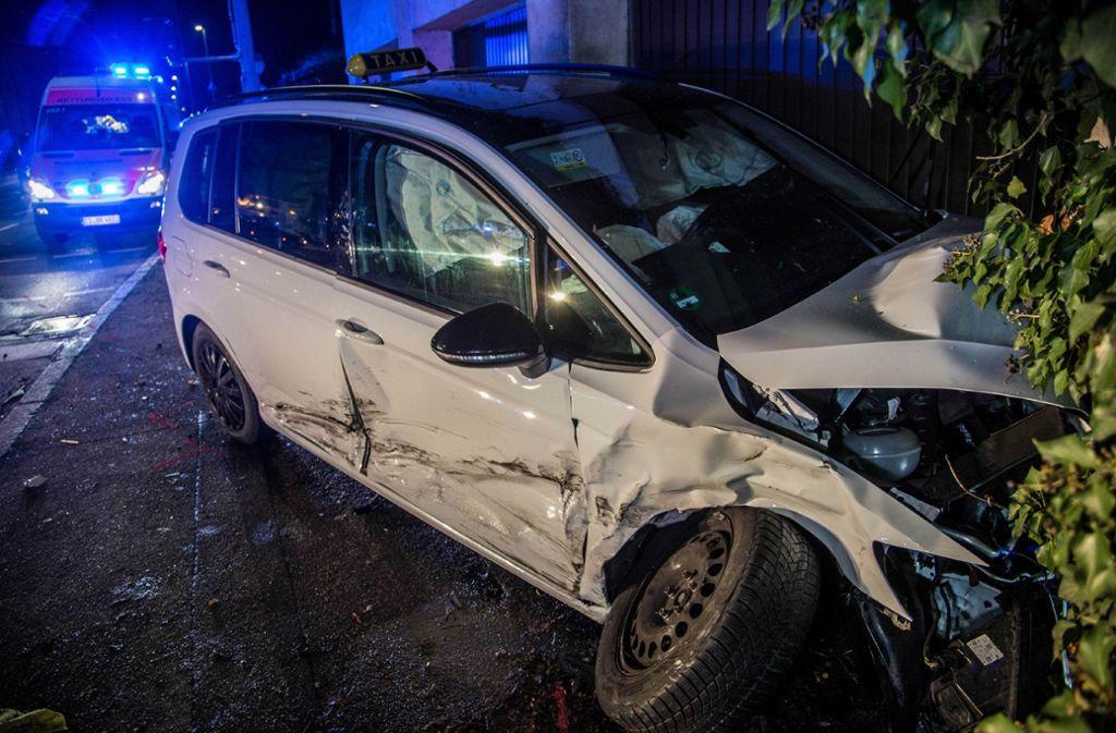 Bei einem Autounfall in Esslingen sind in der Nacht von Samstag auf Sonntag sieben Menschen verletzt worden Foto: SDMG