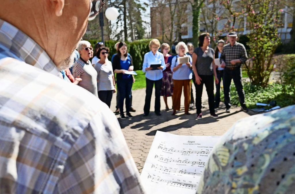 Der Internationale Chor lässt sich die Laune nicht verderben und singt, auch wenn kein einziger Flüchtling gekommen ist. Foto: Eileen Breuer
