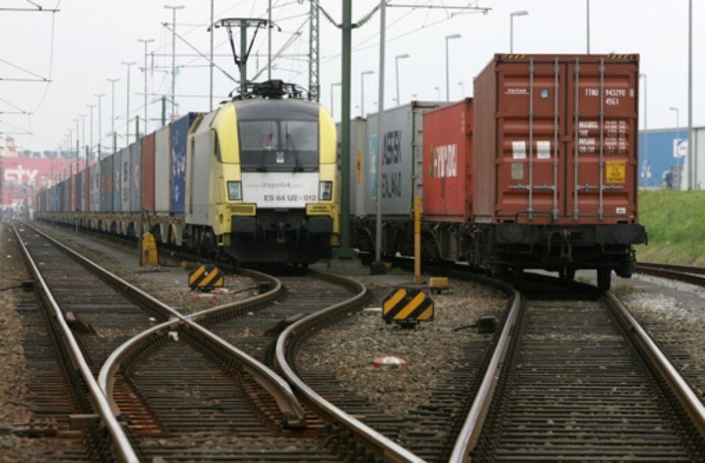 Im Güterverkehr schreibt die Bahn seit Jahren rote Zahlen. Bahnlobbyisten führen das unter anderem auf  Wettbewerbsnachteile gegenüber Straßentransporten zurück Foto: dpa