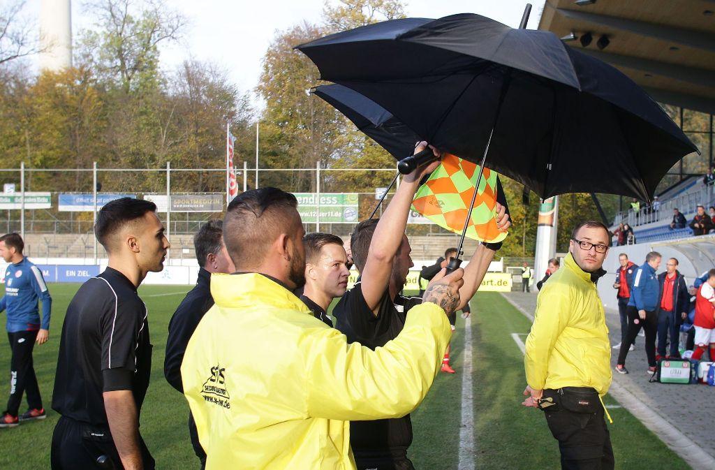 Wurden vom Sicherheitsdienst in die Kabine begleitet: Das Schiedsrichtergespann um den Karlsruher  Nikolai Kimmeyer. Foto: Baumann