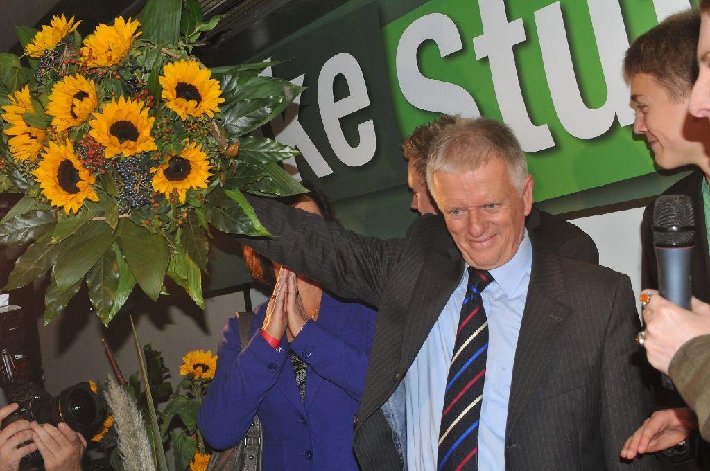 Einen großen Strauß Sonnenblumen hat Fritz Kuhn am Sonntagabend im Schlesinger überreicht bekommen. Foto: www.7aktuell.de/Gerlach