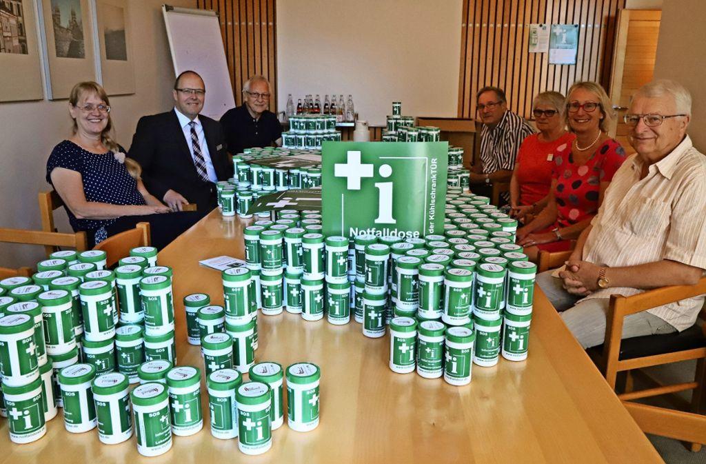 Christine Hug, Rainer Strauß  (v. li.) und Vertreter des  Stadtseniorenrats präsentieren 1000  Notfall-Rettungsdosen. Foto: Patricia Sigerist