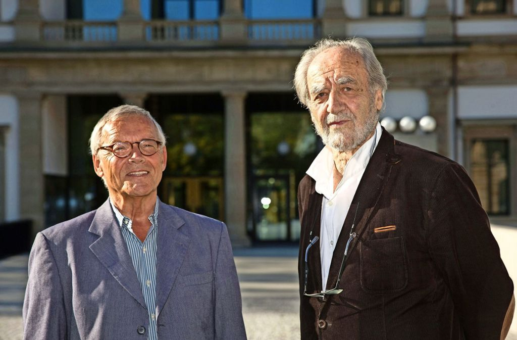 Historisch bestens bewandert: Felix Huby (re.) mit seinem Co-Autor Hartwin Gromes vor dem neuen Stuttgarter Stadtmuseum. Foto: Leif Piechowski