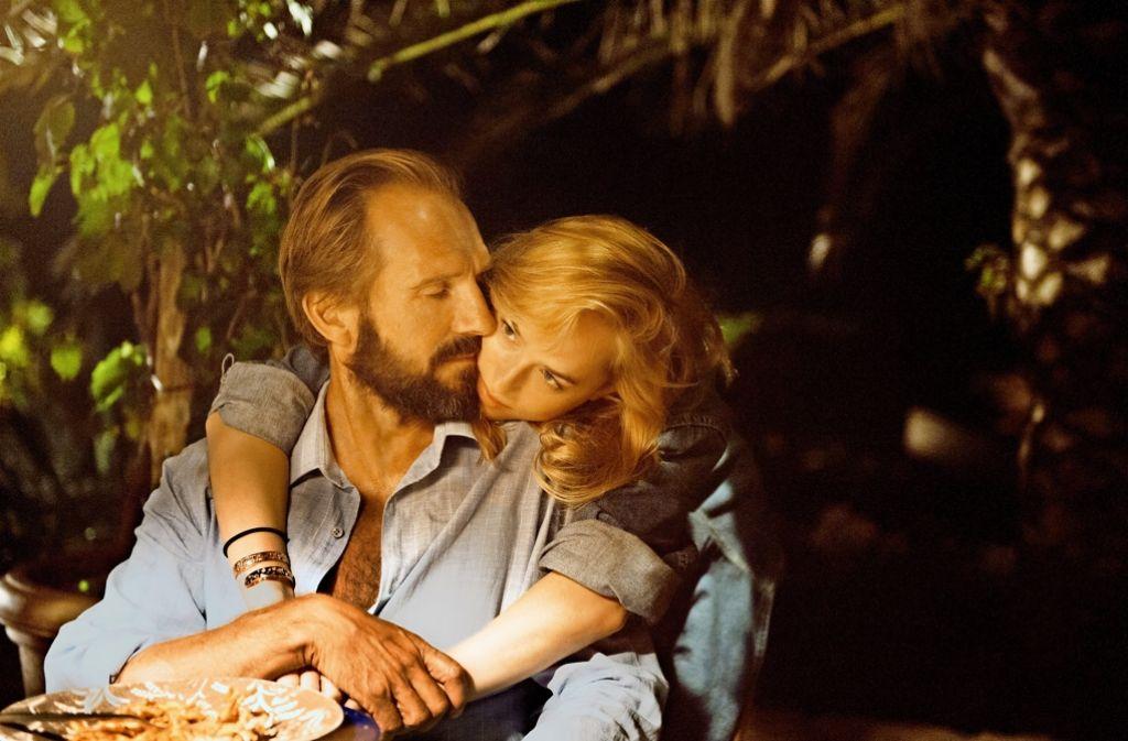 Harry (Ralph Fiennes) und Penelope (Dakota Johnson) sind Störenfriede im Idyll. Foto: Verleih