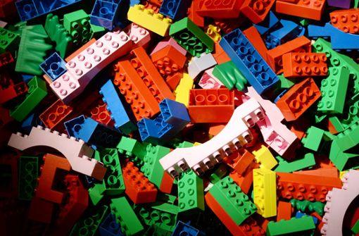 Spielwarenhersteller schenkt Schulen Steine mit Blindenschrift
