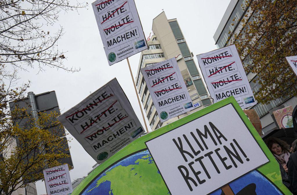 Vor dem Hauptbahnhof versammelten sich die Teilnehmer von Fridays for Future am Freitagnachmittag zur Kundgebung. Foto: Leif Piechowski