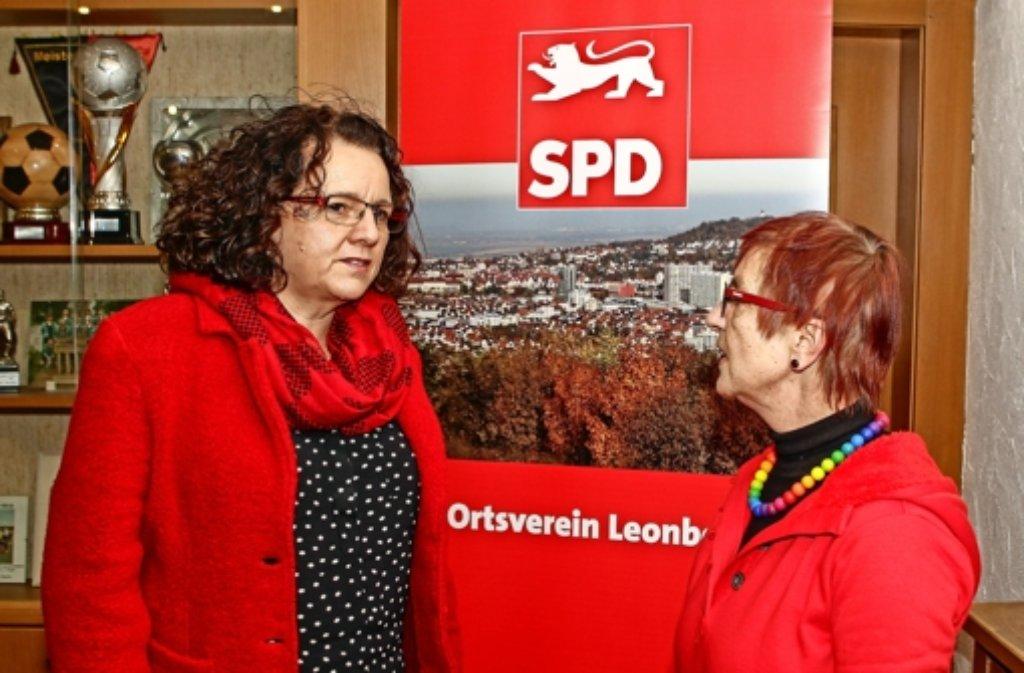 Frauen unter sich: Kandidatin  Angelika Klingel (l.) im Gespräch mit der  Leonberger  SPD-Chefin  Elviera  Schüller-Tietze. Foto: factum/Bach