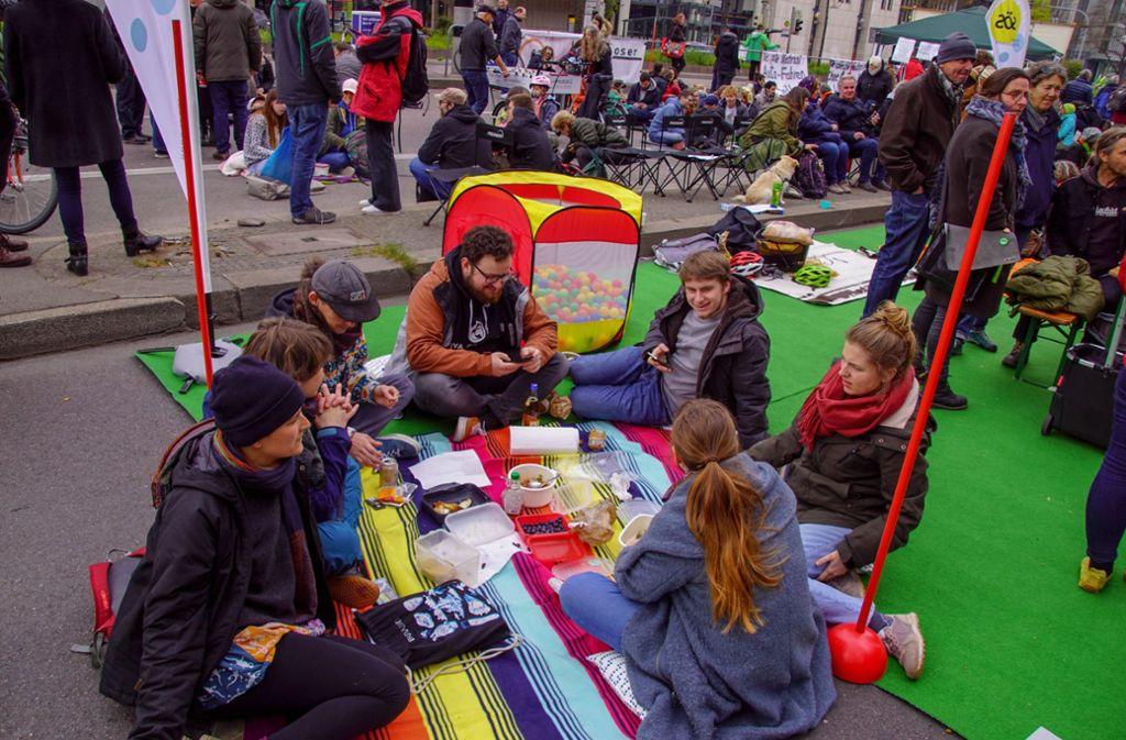 Am  Sonntag gab es eine Picknick-Demo auf der B14 vor der Leonhardskirche. Foto: 7aktuell.de/Andreas Werner