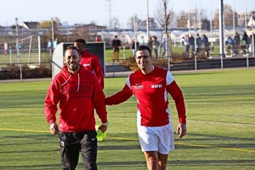 Der neue Coach dirigiert, sein Co-Trainer trifft