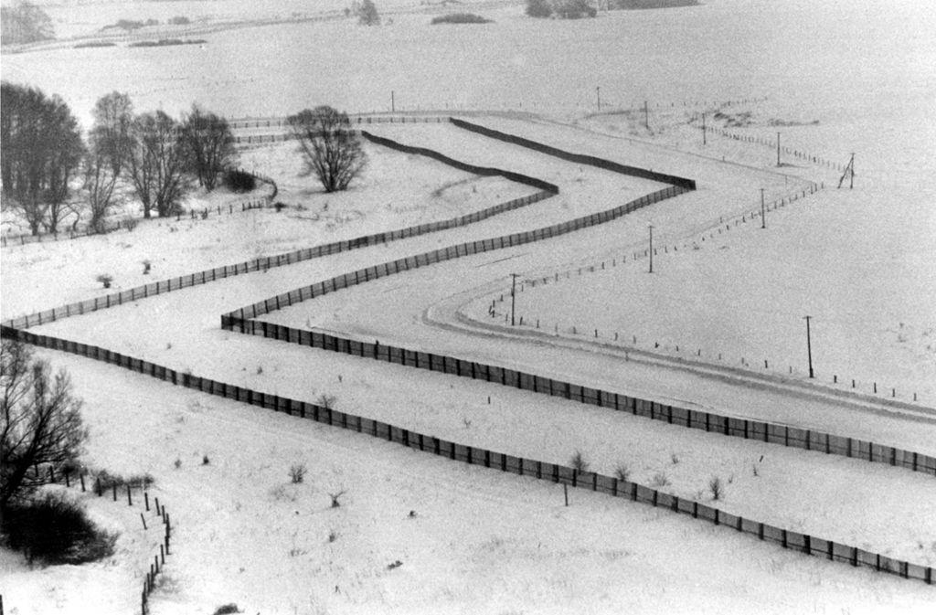 Blick auf die DDR-Grenzanlagen. Foto: dpa