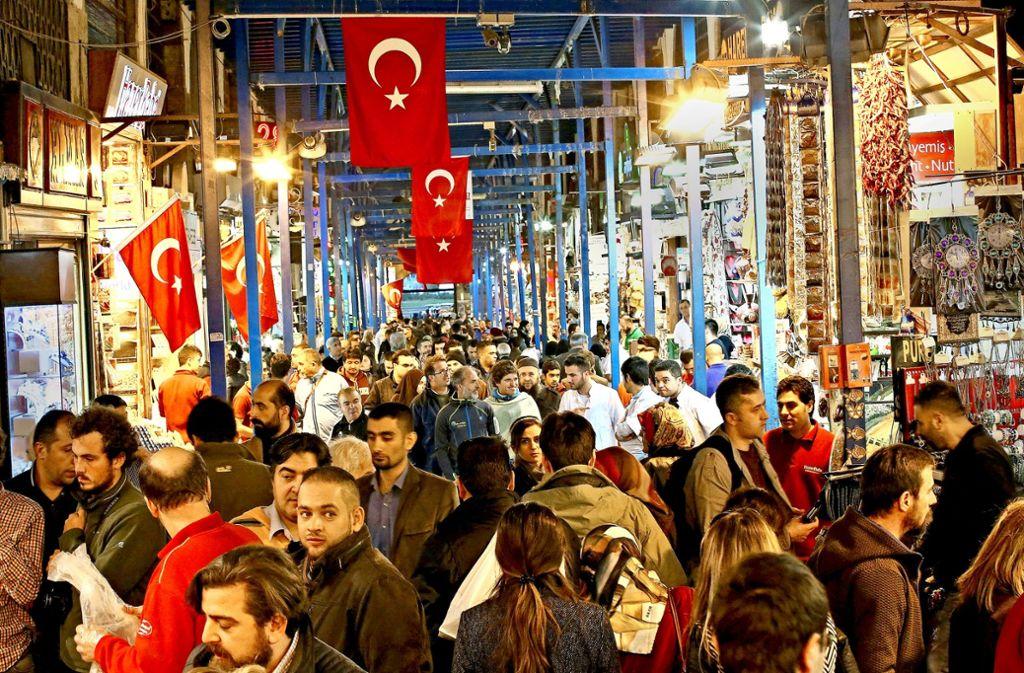 Die türkische Bevölkerung muss für Waren des täglichen Bedarfs immer tiefer in die Tasche greifen. Die Regierung will nun mit unkonventionellen Mitteln gegensteuern. Foto: AP