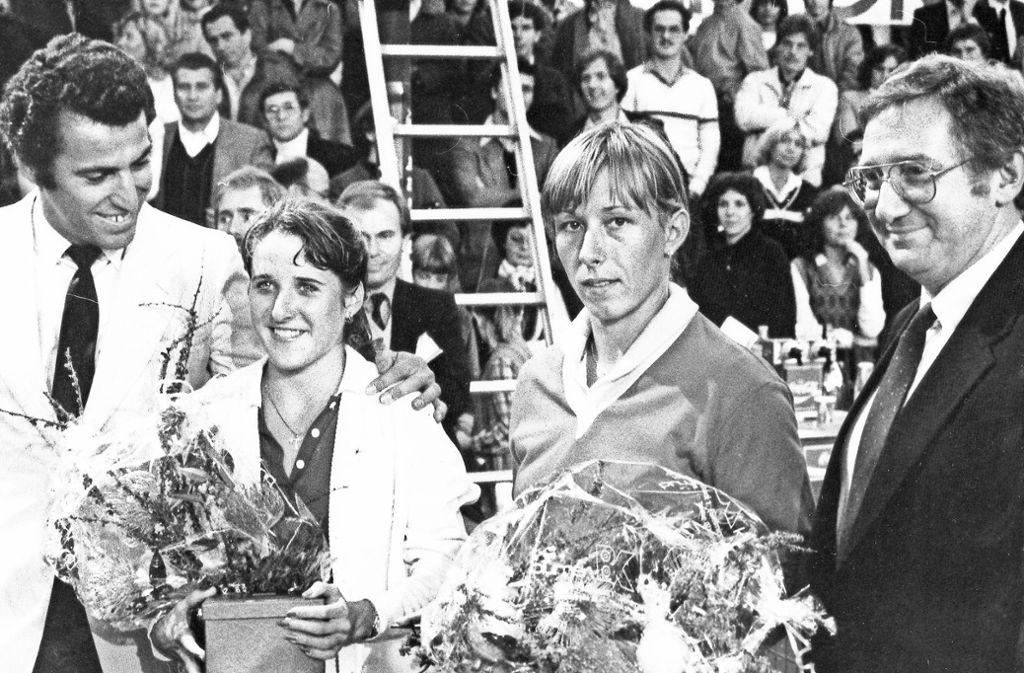 Tracy Austin Austin spielt bereits im Alter von 13 Jahren ihr erstes WTA-Turnier. Mit 14 wird sie  in Portland  die jüngste Turniersiegerin eines Profiturniers, mit 16 triumphiert sie bei den US Open 1979 und ist bis heute die jüngste Siegerin in New York.  Auch beim Porsche-Turnier in Filderstadt sorgt Austin (2. v.li./ zwischen Turnierchef Dieter Fischer und Gegnerin Martina Navratilova) für Furore – sie gewinnt das Turnier viermal in Folge von 1978 bis 1981. Foto: Baumann