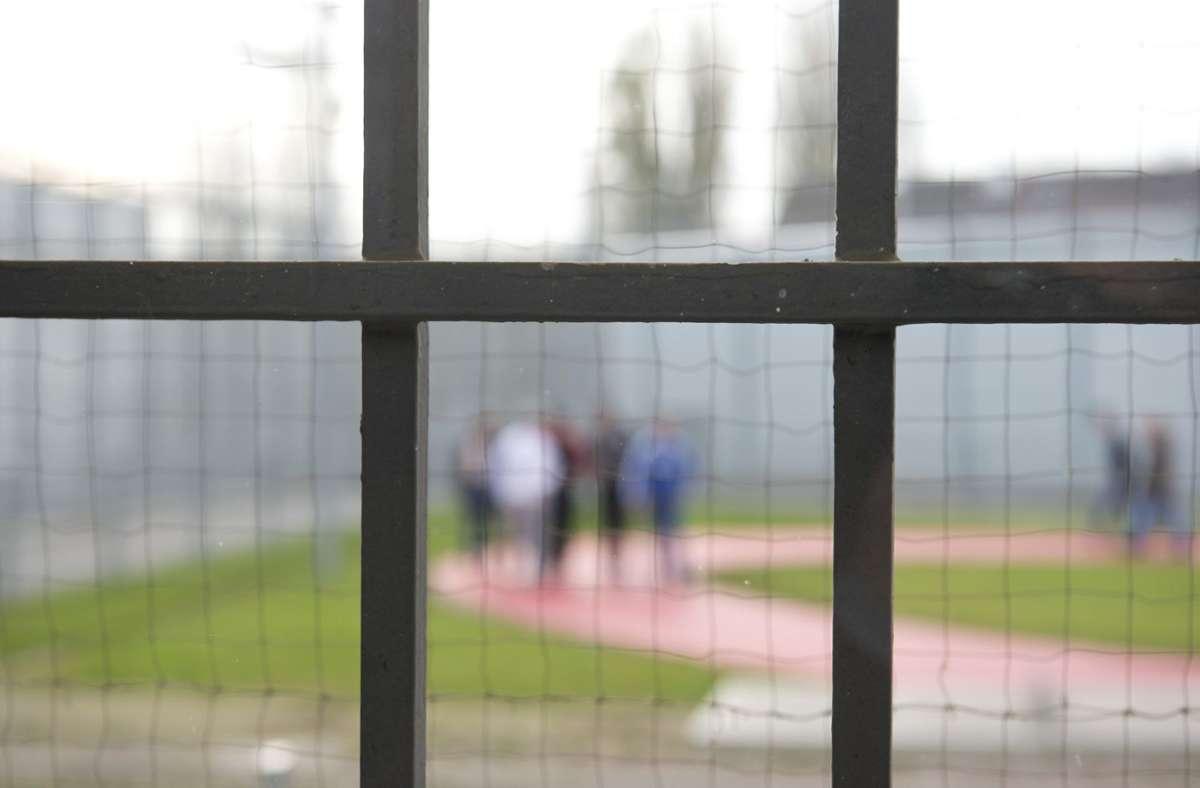 Die beiden Männer haben ihre Strafe bereits verbüßt, gelten aber weiterhin als gefährlich (Symbolbild). Foto: dpa/Daniel Naupold