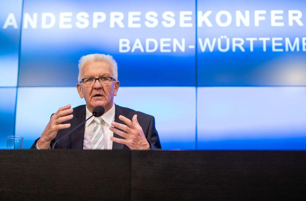 Ministerpräsident Winfried Kretschmann bei einer Pressekonferenz am Dienstag. Foto: dpa/Christoph Schmidt