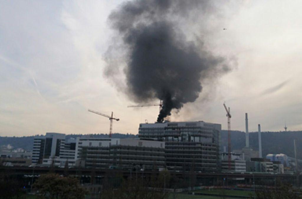 Eine Rauchsäule steigt über einem Gebäude auf dem Daimler-Gelände in Untertürkheim auf. Foto: Andreas Rosar Fotoagentur-Stuttgart