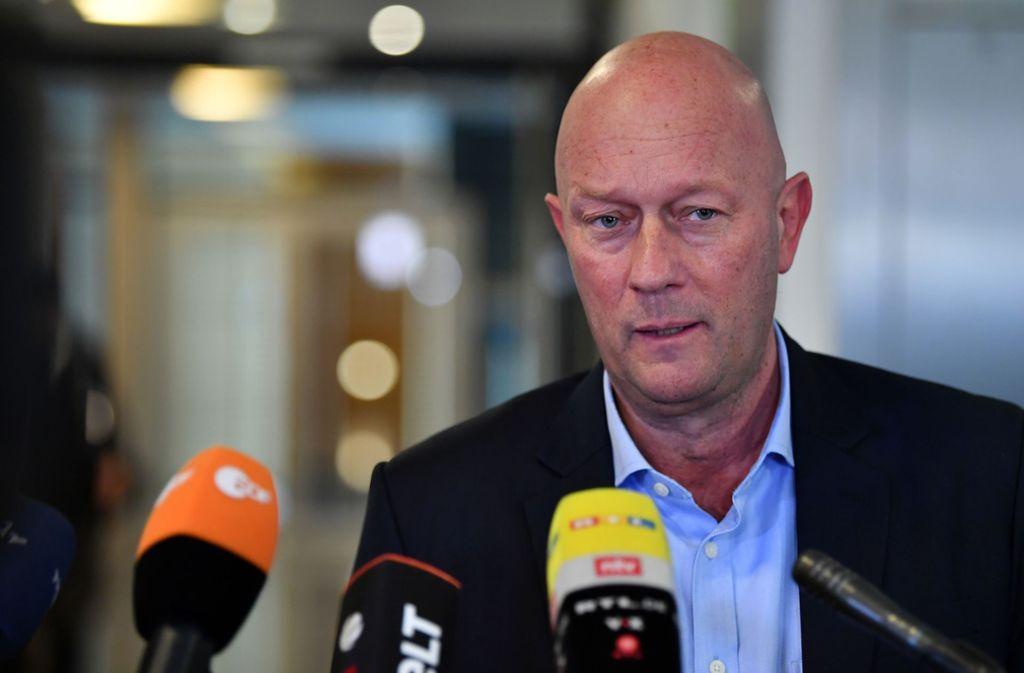 Thomas Kemmerich bei einem Interview im Thüringer Landtag. Foto: picture alliance/dpa/Martin Schutt
