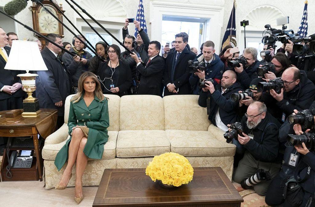 Melania Trump allein auf dem Sofa – Nutzer rätseln über die Bildauswahl des Weißen Hauses. Foto: WhiteHouse.gov/dpa/Twitter