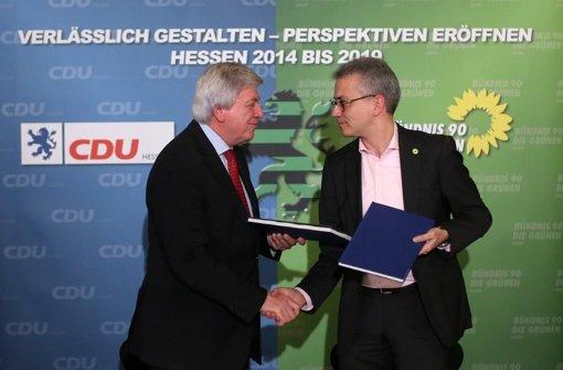 Volker Bouffier (links) und Tarek Al-Wazir sind seit zwei Jahren Koalitionspartner Foto: dpa