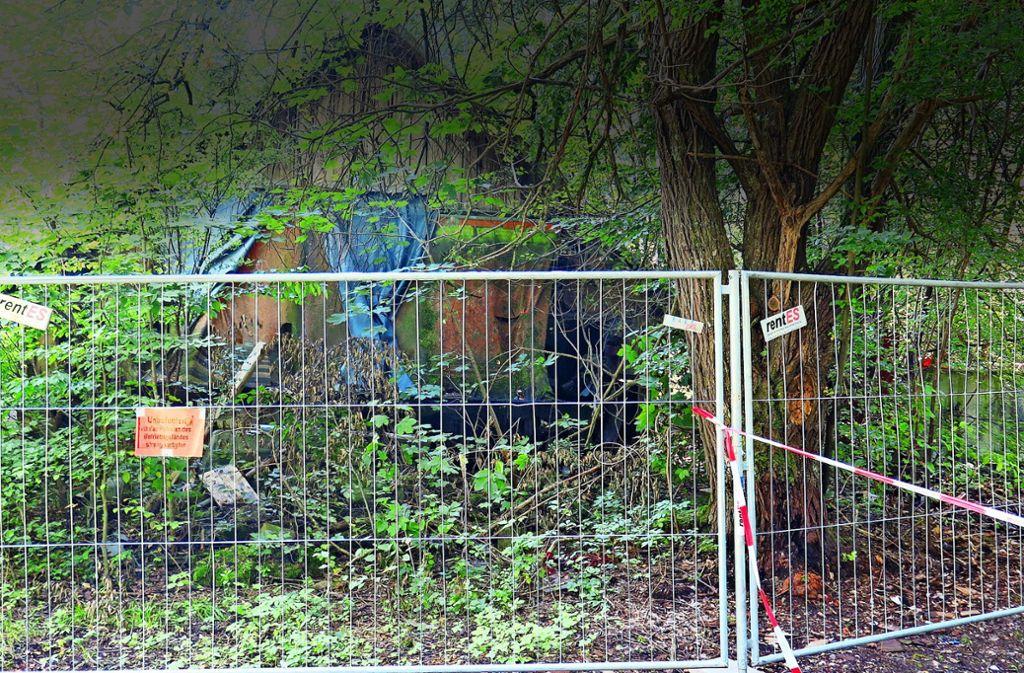 Um die marode Hütte ist ein Schutzzaun gezogen worden. Damit ist zumindest die Gefahr für spielende Kinder gebannt. Foto: privat