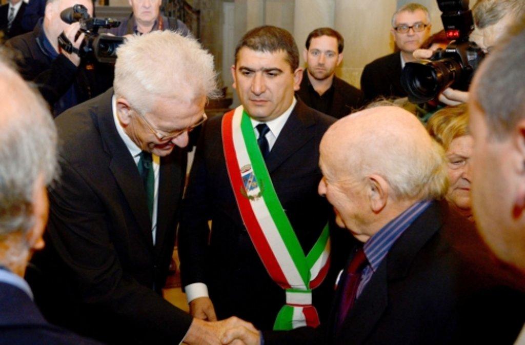 Der Ministerpräsident von Beden-Württemberg, Winfried Kretschmann (Grüne), begrüßt in Stuttgart einen Überlebenden des NS-Masakers von SantAnna di Stazzema. Foto: dpa