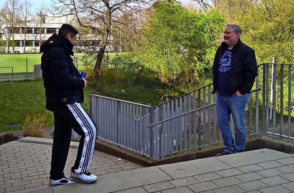 Jens Klingenberger im Gespräch mit einem Jugendlichen in Ludwigsburg. Foto: privat