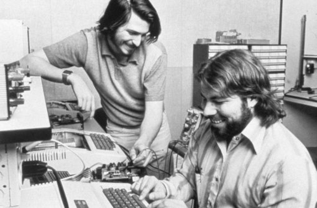 1976: Mit seinem Freund Steve Wozniak (rechts) und dem nach kurzer Zeitausgestiegenen dritten Partner Ronald Wayne gründet Steve Jobs (links) mit nur 21 Jahren die Firma Apple. Foto: Apple/dpa