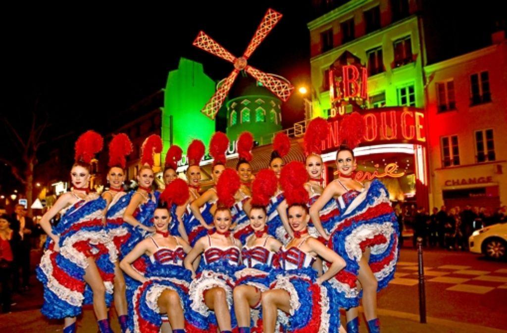 O là là, diese Frauen verkörpern Frankreich: Die  Cancan-Tänzerinnen des Moulin Rouge tragen gerüschte Kleider in den Farben der Trikolore. Foto: dpa