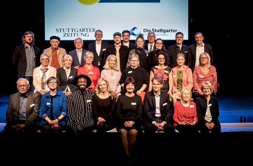 Die Hauptpersonen des Abends:  vorne v. l.: Manfred Schmitz (Pate), Kristin Hasselwander (Gewinnerin), Larry Bamidele (Pate), Heidi Rehse (Gewinnerin), Gabi Kircher (Patin), Markus Wagner (Gewinner), Mary Kling (Gewinnerin), Petra Benzing (Gewinnerin);  2. Reihe v.l.: Elfriede Mezger (Gewinnerin), Renate Reichenberger (Patin), Marianne Löffler (Gewinnerin), Conny Wenk (Patin), Stefanie Palm (Gewinnerin), Margarete Siegle (Patin), Astrid M. Fünderich (Jurorin), Heiderose Dudek (Patin); 3. Reihe v. l.: Martin Luding (Juror), Andrzej Estko (Gewinner), Peter Schmidt (Pate), Martin Kluck (Juror), Kristina Egbers (Gewinnerin), Sylvia Schaden (Patin), Björn Seemann (Gewinner), Marc Wegner (Pate); 4. Reihe v.l. Joachim Dorfs (Juror), Markus Baur (Juror),Frank Karsten (Juror). Foto: Lichtgut/Achim Zweygarth