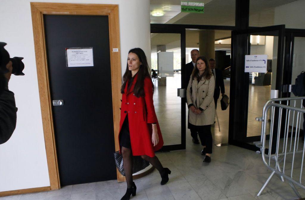 Die Anwälte der britischen Königsfamilie kommen am Dienstag im Gericht in Nanterre bei Paris (Frankreich) an. Hier stehen sechs Medienverantwortliche und Fotografen wegen Verstoßes gegen die Privatsphäre der britischen Herzogin Kate vor Gericht. Die Herzogin selbst war nicht anwesend. Foto: AP