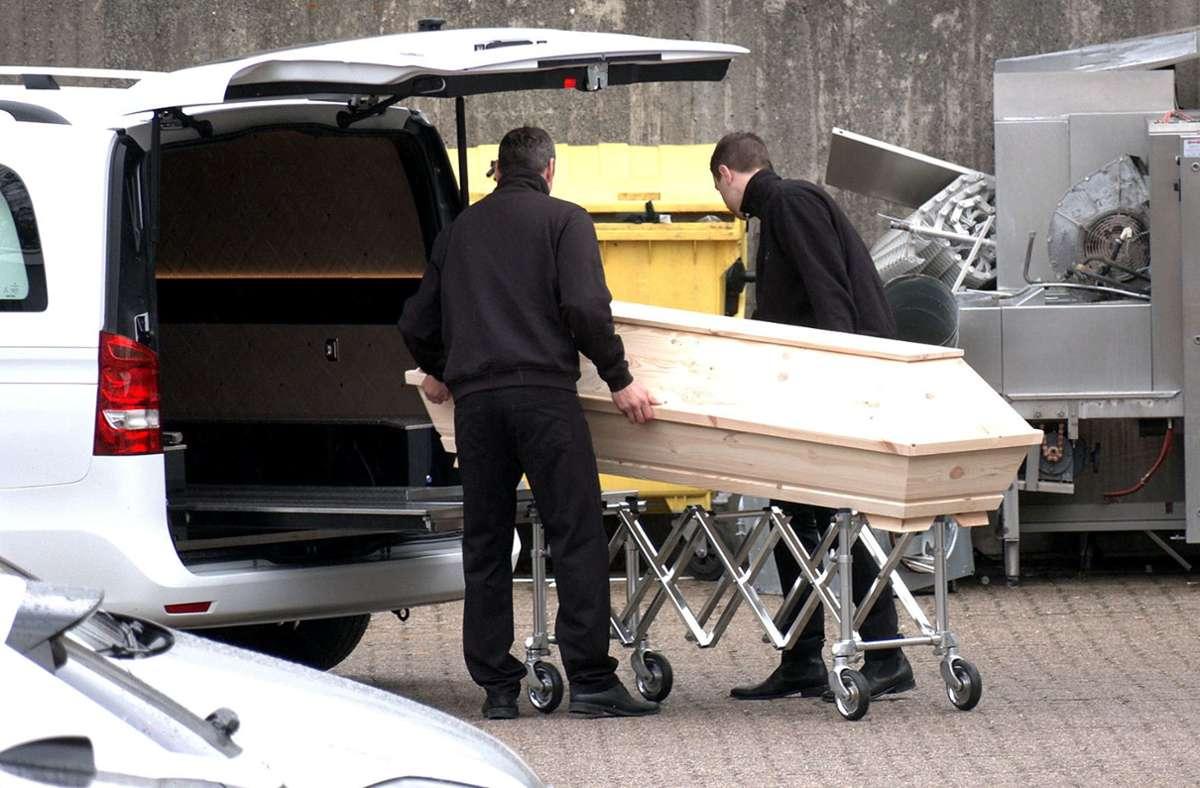 1839 Menschen in Baden-Württemberg sind bis Donnerstag an und mit Corona verstorben. Aber was heißt das genau? Foto: dpa/Peter Steffen