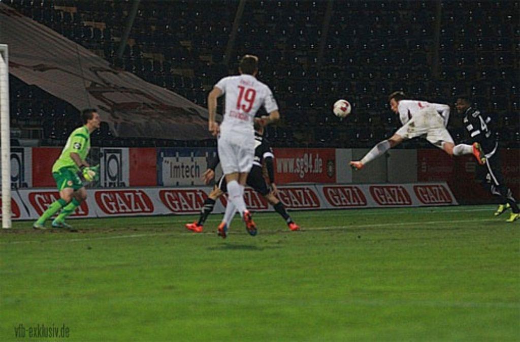 Eine der wenigen Chancen, die sich der VfB Stuttgart II gegen Cottbus am 19. Spieltag der 3. Fußball-Liga erspielen konnte. Am Ende verloren die Roten mit 0:1 gegen die Lausitzer. Foto: Lommel