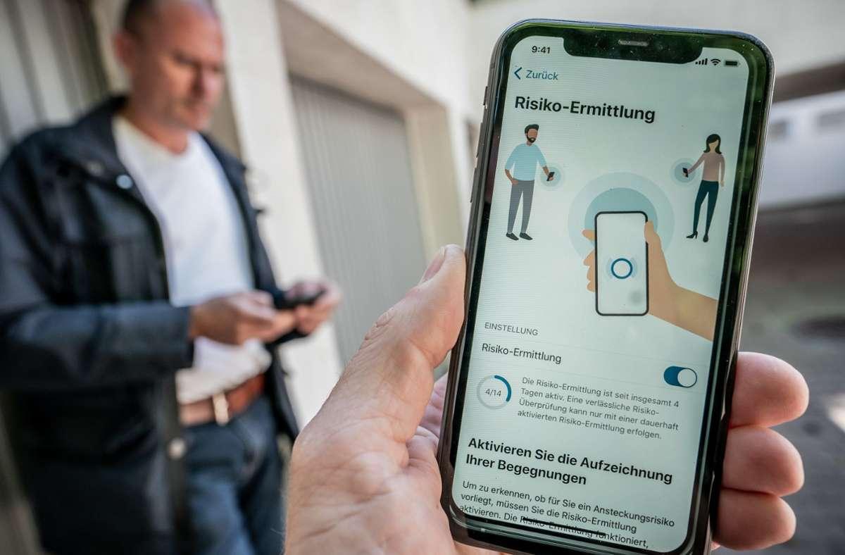 Die neue Corona-Warn-App des Robert Koch-Instituts kann seit Dienstag im Apple App-Store und im Google Play Store heruntergeladen werden. Foto: dpa/Michael Kappeler