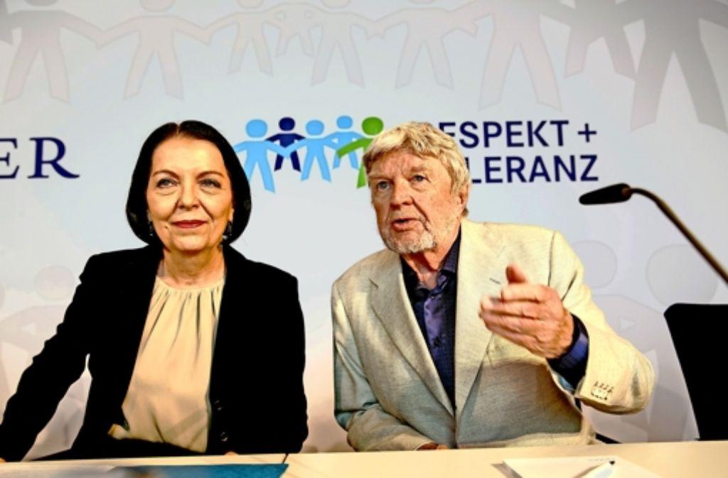 Christine Hohmann-Dennhardt vom Daimler-Vorstand und der Schauspieler Hardy Krüger, engagieren sich für Toleranz und gegen Rechtsextremismus.     Foto: Lichtgut/Leif Piechowski