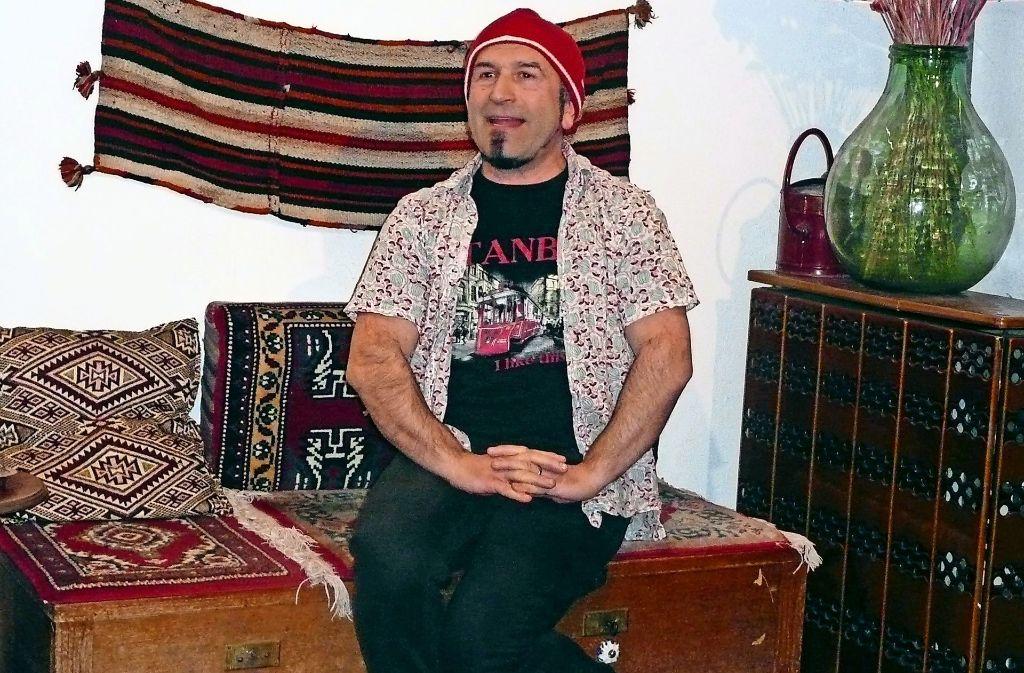 """Der Autor und Schauspieler Dilaver Gök thematisiert in seinem Ein-Mann-Stück """"Der fliegende Teppech"""" Vorurteile über Deutsche und Türken. Foto: Kutzer"""