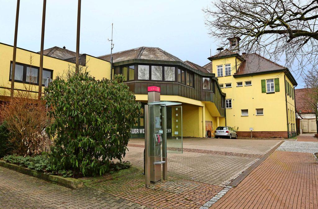 Vorne Mehrzweckhaus, hinten Rathaus.  Beide Projekte werden nun zu einem verschmelzen, hat der Rat beschlossen. Foto: Andreas Gorr