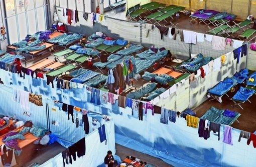 In der Sporthalle der Gottlieb-Daimler-Schule zwei könnte es bald aussehen wie In Heidelberg: Flüchtlinge wohnen und schlafen in Provisorien. Foto:factum/dpa .
