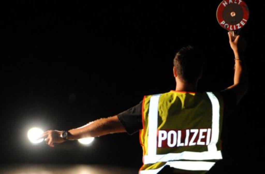 Für rund acht Stunden muss in der Nacht zum Mittwoch eine Straße in Gerlingen gesperrt werden. Ein Tanklastzug war ins Bankett geraten und drohte umzukippen. Foto: dpa/Symbolbild