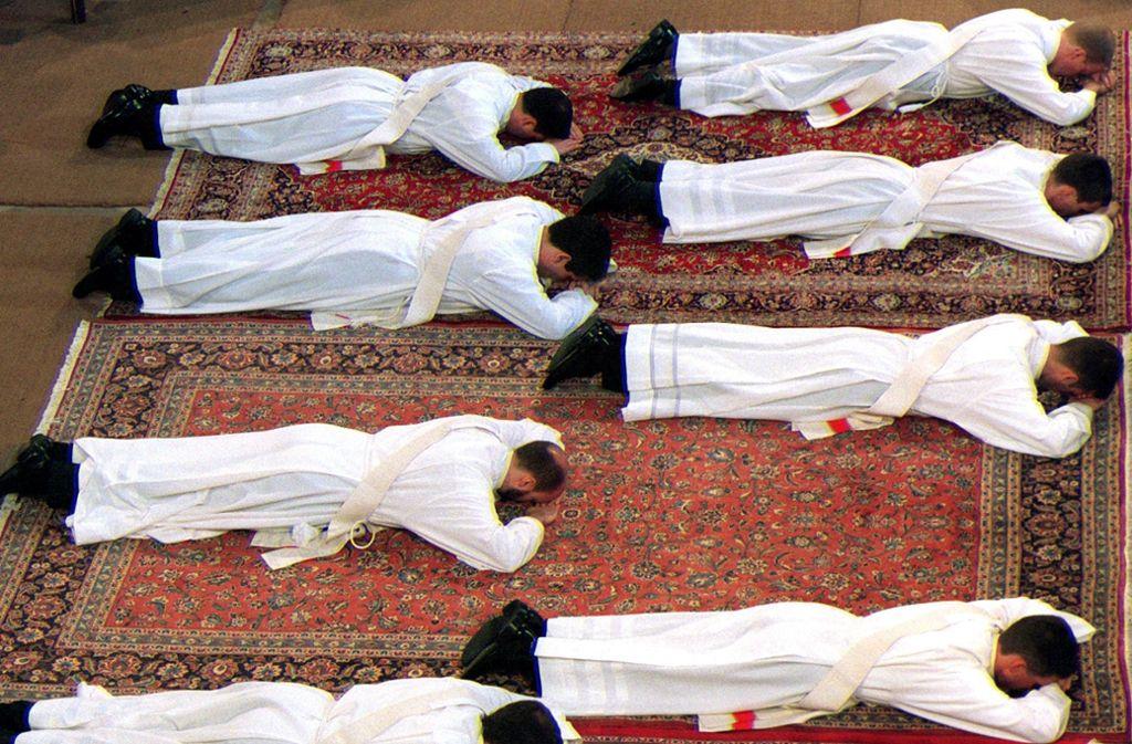 In der katholischen Kirche werden bisher nur Männern zu Diakonen oder Priestern geweiht Foto: dpa