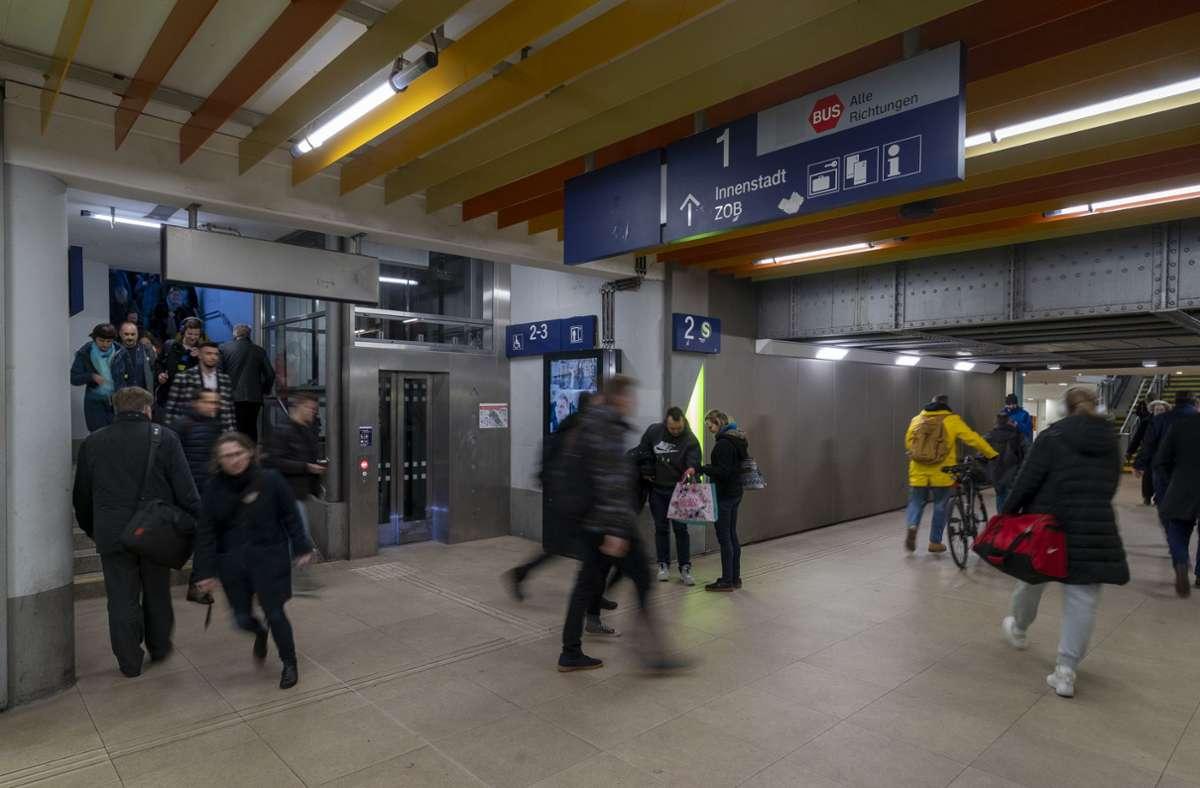 Die Ludwigsburger Bahnhofsunterführung – dieses Archivbild stammt aus Vor-Corona-Zeiten – ist oft so voll, dass die Stimmen für einen zweiten Tunnel wieder lauter werden. Foto: factum/Jürgen Bach