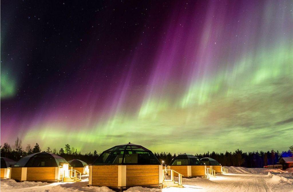 Reisen zum Polarlicht nach Lappland: Die atmebertaubende Himmelserscheinung  kann man – wie hier  in der nordfinnischen Gemeinde Rovaniemi – vor allem zur Winterzeit bestaunen. Foto: Arctic SnowHotel & Glass Igloos, Lehtoahontie 27, 97220 Sinettä, Rovaniemi