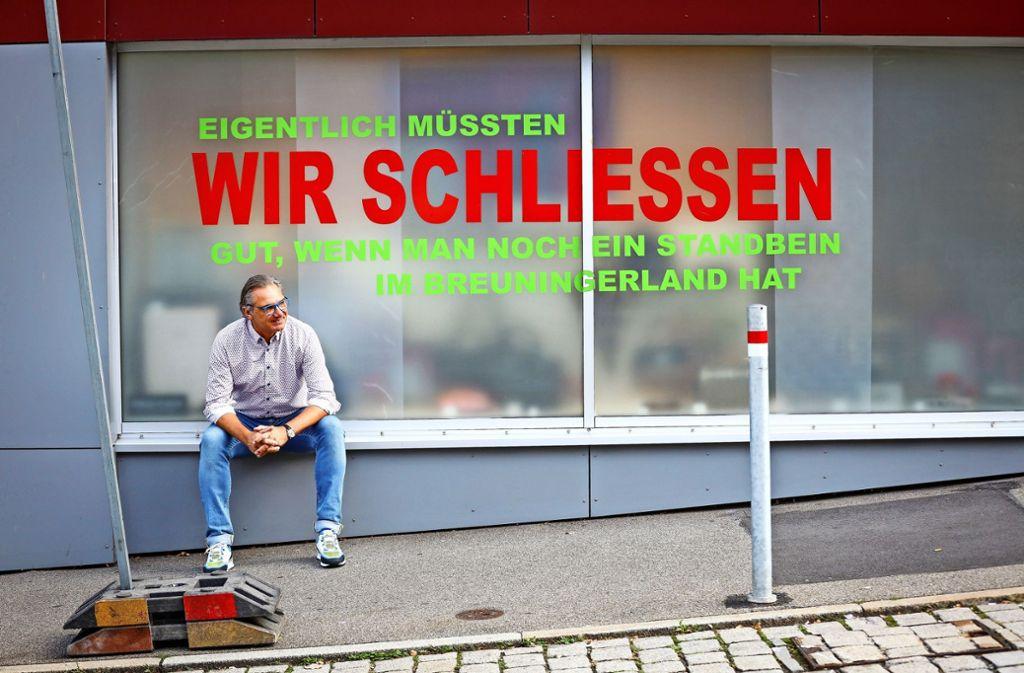 Drastische Botschaft an die Stadt: Ralph Maurer hat sein Schaufenster aus Ärger über die Baustellen in Böblingen umdekoriert. Foto: factum/Simon Granville