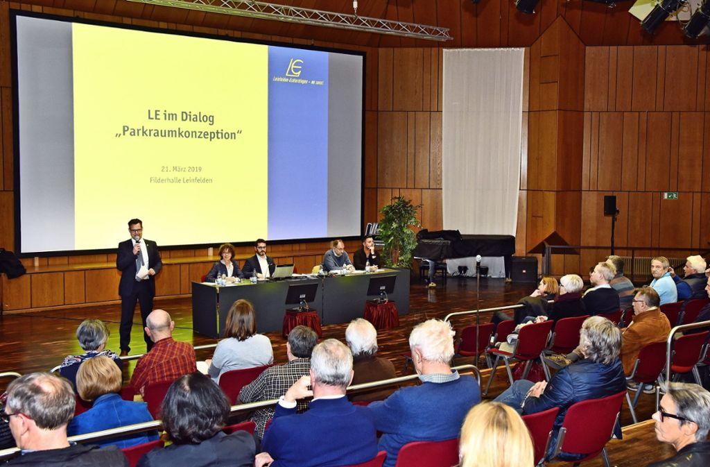 In der Filderhalle haben die Bürger mit Vertretern der Stadt über die neue Parkraumkonzeption diskutiert. Foto: Bergmann