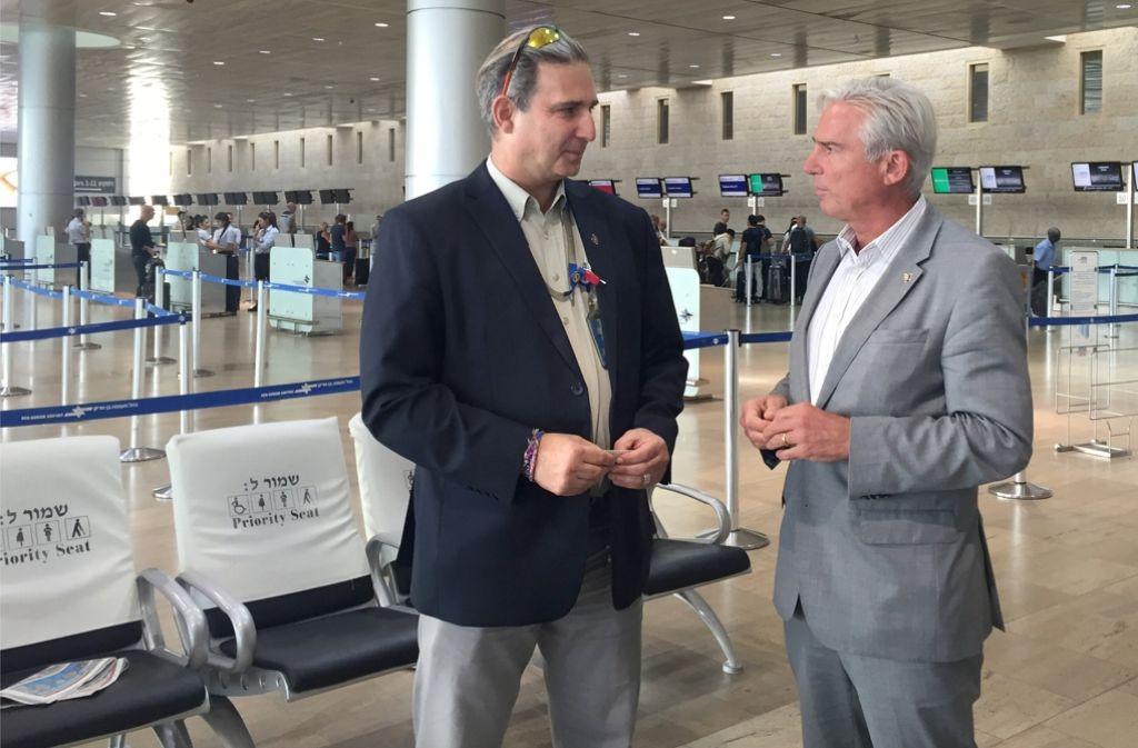 Innenminister Thomas Strobl (r.) informiert sich im Gespräch mit einem Sicherheitsmanager  über das umfangreiche Kontrollsystem am Flughafen Tel Aviv. Foto: dpa